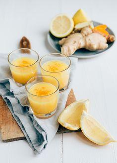 Een citroen gember shot geeft een fijne boost aan je dag. Deze gezonde pokershots maak je heel gemakkelijk zelf van gember, citroen en kurkuma.