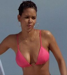 Halle Berry as Jinx in Die Another Day Halle Berry Style, Halle Berry Hot, Ebony Love, Stunning Women, Hot Outfits, Perfect Body, Bikinis, Swimwear, Berries