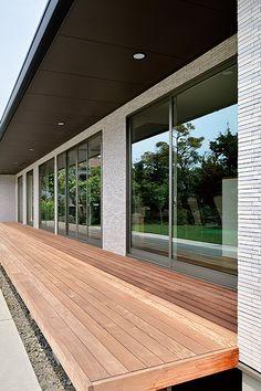 実例ギャラリー | 注文住宅の住友林業(ハウスメーカー)) Japanese Home Decor, Japanese House, Modern Japanese Architecture, Natural Interior, Exterior Cladding, Courtyard House, Wooden Decks, Balcony Design, Outdoor Kitchen Design