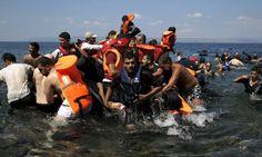 Refugiados sírios e afegãos recebem ajuda de moradores e voluntários depois que o barco onde estavam naufragou a cerca de 100 metros da costa da ilha grega de Lesbos Foto: ALKIS KONSTANTINIDIS / REUTERS