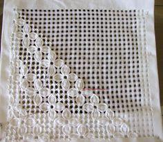 Oi Meninas(os) Boa Noite!!!!  Mais um bordado, dessa vez fiz um caminho de mesa... Aqui em detalhes... O Passo a Passo  está aqui:  http://g...