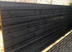 Schutting van Zweeds rabat potdekselplanken van geimpregneerd en daarna dubbel gespoten zwart hout. Gadero productnr: LDS5080-19-195