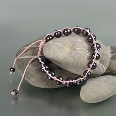 Zauberhafte Shamballa Armbänder aus schwarzen oder weissen Süßwasser-Zuchtperlen, 8-8,5 mm Durchmesser mit rosa oder braunem Seidenband. Die Armbänder sind verstellbar durch Verknüpfung mit Seidenband und beide neu.  Folgende Armbänder sind zu verkaufen: Schwarze Perlen / rosa Band Weisse Perlen / braunes Band  Der Preis gilt jeweils für 1 Armband. Versand ist möglich bei Vorauskasse. Versandkosten EUR 1,45.
