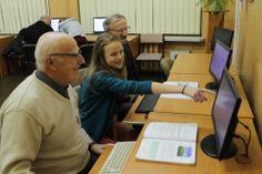 14 stycznia zorganizowaliśmy nietypowe spotkanie z okazji Dnia Babci i Dziadka. Zaprosiliśmy swoich bliskich z okazji ich święta na przygotowane przez nas szkolenie z zakresu obsługi komputera ze szczególnym uwzględnieniem korzystania z zasobów Internetu. Pomysłodawczyniami zajęć były p. Katarzyna Łukaszewska i p. Aneta Marciniak. Jednak głównymi organizatorami byliśmy właśnie my – wnukowie. Każdy z uczestników otrzymał specjalnie zaprojektowane przez nas kolorowe zaproszenie.