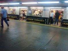 Trem adesivado indicando o filme Jogos Vorazes #metro #subway #urban #saopaulo #sampa #sp #railway #igers #igersbrasil #igerssaopaulo #instasampa #instadroid #metrosp