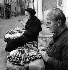 Dentellières au puy. Août 1950. Robert Doisneau