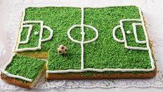 Backrezept für eine Fußballtorte vom Blech. Unter dem Rasen verbirgt sich ein lockerer Zitronenkuchen. Und das Spielfeld? Wird cremig aufgespritzt.