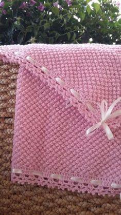 Copertina-neonato-in-lana-rosa-fatta-a-mano-lavorata-ai-ferri-Made-in-Italy