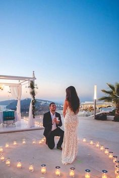 Want to create an unforgettable marriage proposal? We've compiled some of our favourite wedding proposal ideas for you and your loved one. Whether you want something simple, private, romantic or extravagant – we've got you covered. Beach Proposal, Romantic Proposal, Perfect Proposal, Romantic Ideas, Romantic Beach, Romantic Weddings, Romantic Images, Surprise Proposal, Beautiful Images