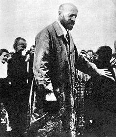 Доктор Януш Корчак со своими воспитанниками в Варшавском гетто.Так же поступил, войдя с детьми в газовую камеру, доктор Корчак.