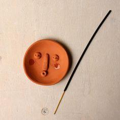 Diy Incense Holder, Ceramic Incense Holder, Ceramic Pottery, Pottery Art, Ceramic Art, Clay Art Projects, Ceramics Projects, Diy Clay, Clay Crafts