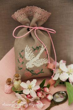 Volo libero... відLa Comtesse з блогу  La Comtesse & Le Point De Croix ніжна пташка в віночку з крихітних троянд- немовби символ дитячої ...
