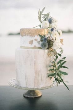 We are in love with this wedding cake. It would be perfect addition to a greenary wedding.