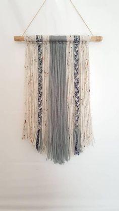 Cette magnifique laine Boho Wall Hanging semblerait suspension parfaite dans votre maison! La personnalisation est disponible, il suffit de m'envoyer un message et nous pouvons travailler sur quelque chose :) Cela comprend la taille et les couleurs  Couleurs: ~ Gris ~ Aran fleck ~ bleu marine  Si vous avez d'autres questions, n'hésitez pas à m'envoyer un message! :)  Pour plus d'articles fait à la main de ma boutique, consultez: https://www.etsy.com/shop/CraterLee?ref...