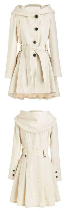 Este abrigo es muy formal y elegante. Porque el abrigo es blanco ello va con otras ropa formal. Puedo llevar este abrigo con un vestido corto. Puedo llevar este para un caminar en el parque.