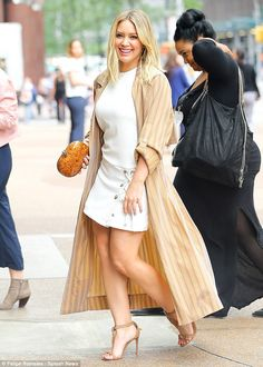 Effortlessly chic: The former Lizzie McGuire star paired the mini skirt with a long camel pinstripe coat Hilary Duff Legs, Hilary Duff Show, Hilary Duff Style, Chic Outfits, Fashion Outfits, Womens Fashion, The Duff, Beautiful Legs, Sexy Legs