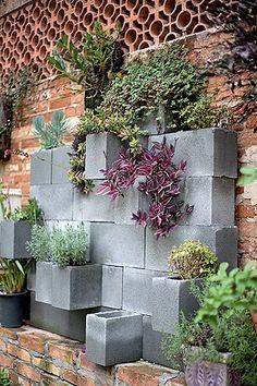 jardim vertical : blocos de cimento + tijolinho + cobogós