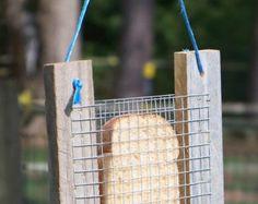 Mangeoire à oiseaux «Hillbilly» ~ fabriqué à partir de planches de clôture récupéré et est suspendu par une chaîne de foin!  Cet amusant et fantaisiste mangeoire à oiseaux est fabriqué à partir de matériaux recyclés et permettra de recycler votre pain tranché! Il suffit d'insérer une tranche de pain pour nourrir les oiseaux. Pas besoin d'acheter des graines pour oiseaux cher!  J'ai vu ce type de chargeur utilisé dans les jardins de nombreuses années lors de la visite au Royaume-Uni. Ils…
