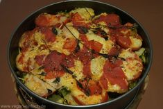 Zutaten: 4 mittelgroße Kartoffeln 4 Tomaten 2 Handvoll Brokkoliröschen ( oder Blumenkohl, grüne Bohnen….) 4 EL Wilmerburger Käseraspel 8 frische Thymianzweige ( alternativ getrockneter Thymian ) Salz Pfeffer aus der Mühle 1 EL Tomatenmark + 5 EL Wasser verrühren Für die Sauce: 20 g Pflanzenmargarine 20 g Mehl 70 ml Pflanzenmilch 1 Msp. Senf Pfeffer aus der Mühle 170 ml Gemüsebrühe 1/2 TL Salz 1 TL Zitronensaft 1 Prise Muskatnuss Zubereitung: Die Kartoffeln mit Schale garen. Den Brokkoli in…
