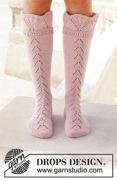 Ancient Dreams / DROPS - Knitted socks with fan edge and lace pattern. Size 35 to 43 Piece is knitted in DROPS Nord. Knitted Socks Free Pattern, Crochet Socks, Knit Mittens, Lace Socks, Wool Socks, My Socks, Drops Design, Tunisian Crochet Patterns, Knitting Patterns Free
