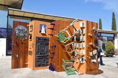 """Curation -SAR '17 Found materials Art. Selected artists in public Library / (curadoria) Art fet amb materials reutilitzats /  (comisariado) Arte hecho con materiales reutilizados: """"Paravent"""" de Pep Borràs Multimedia, Community, Space, Upcycle, Pallets, Artists, Colors, So Done, Art"""