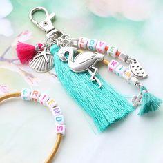 Kleurrijke sieraden en sleutelhangers van DQ leer gepersonaliseerd met letterkralen