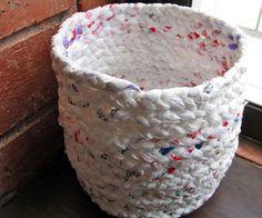Een mand van plastiek zakken