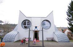 A escola infantil Die Katze, que tem uma arquitetura lúdica em forma de gato, foi pensada justamente para que as crianças tenham prazer de ir à escola.