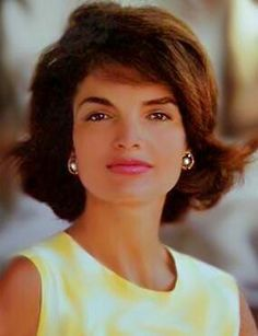 Jackie Kennedy (Jacqueline Kennedy Onassis) was the wife of John F. Kennedy, president of the United States. Jackie Kennedy was known for her sense of Jacqueline Kennedy Onassis, John Kennedy, Estilo Jackie Kennedy, Les Kennedy, Jaqueline Kennedy, Jackie O's, Ute Lemper, Tilda Swinton, Classic Beauty