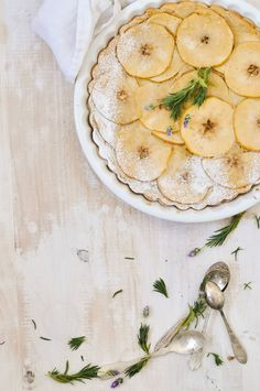 Reconnect with childhood and soothe your senses with some Apple Vanilla Tart! Royal Recipe, Baking Bad, Homemade Desserts, Sweet Tarts, Eat Dessert First, Cuisines Design, Snacks, Just Desserts, Food Inspiration