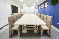 Meeting room table hand-made with recycled wood from the factory of General Motors by Pétula Plas