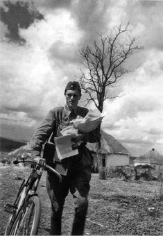 Фото: Старший сержант Г.И. Дубиненко, почтальон подразделения лейтенанта П. Беженца