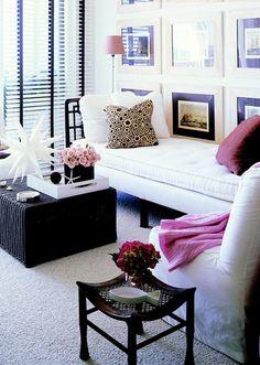 gostei do contraste entre os móveis brancos e escuros desta sala; gostei dos toques em rosa, do carpete e da persiana.
