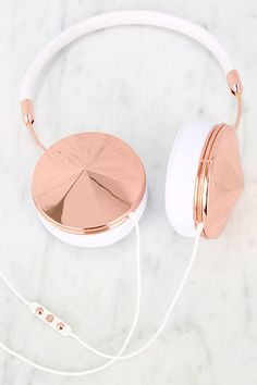 Luxe living starts with some serious audio bling like the Frends with Benefits Taylor Rose Gold and White Headphones! These high-profile headphones combine superior sound, comfort, and style, with an adjustable genuine leather headband, shiny rose gold accents, and removable rose gold jewel-inspired caps. Oh, and did we mention the memory foam ear cushions that can be worn comfortably over earrings?! Three-button mic with volume, music and phone controls.