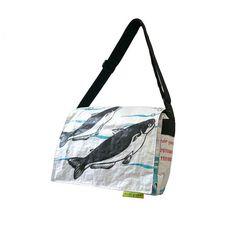 Die Schultertasche von Coll.part gehört inzwischen zu den Klassikern unter den Upcycling Taschen. Schweizer Design, made in Kambodscha.