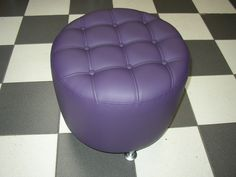 PUFF CIRCUM CAPITONE   Medidas generales diametro 50 cm - altura 45 cm, estructura en madera, tela vinílica prnn violeta claro, tapizado capitonè con doble costura, botones y vena. Patas metàlicas de 10 cm (opcional). Home Decor, Tela, Timber Frames, Buttons, Wheels, Couches, Dressmaking, Decoration Home, Room Decor