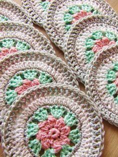 Crochet granny square circle english New Ideas Crochet Circles, Crochet Motifs, Crochet Dishcloths, Crochet Squares, Crochet Granny, Crochet Doilies, Crochet Flowers, Crochet Stitches, Granny Squares