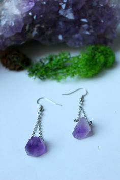 ※ Very unique and feminine raw amethyst earrings.  ※ Total lenght : 4 cm Material : Brass silver ton. Quartz comes from Asia.  ※ Each stone is