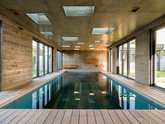 Vue depuis l'autre côté. On devine à droite le passage couvert qui relie la piscine à la maison.