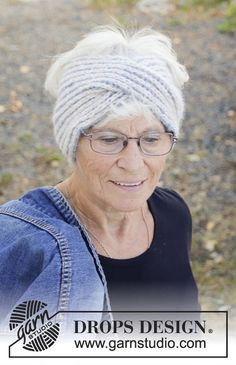 Lissie - Knitted headband in DROPS Air. The piece is knitted in full patent with 2 colors and a front braid. - Free pattern by DROPS Design Lissie – Knitted headband in DROPS Air. The piece is knitted in full patent with 2 colors and a f Knit Headband Pattern, Knitted Headband, Knitted Hats, Chunky Knitting Patterns, Lace Knitting, Knit Crochet, Crochet Patterns, Drops Design, Thick Headbands