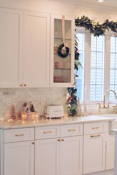 Elegant Christmas Part II – Christmas Kitchen Decor Is Christmas kitchen decor a thing? Well now it is! Welcome to the third part of my Christmas kitchen home tour: my kitchen. I was super excited to decor Farmhouse Christmas Kitchen, Rustic Christmas, Diy Kitchen, Christmas Home, Kitchen Design, Kitchen Cabinets, Kitchen Ideas, Pink Kitchen Decor, Apartment Christmas
