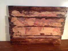 Fügen Sie Zeichen, zu Hause oder im Büro mit diesem großen, hölzernen Weltkarte. Dieses rustikale, texturierte Karte ist das perfekte Geschenk für Liebhaber und Fernweh ausdrückt. Diese hölzernen Karte ist das Produkt der Decoupage, Walnuss-Fleck und aufgearbeiteten Paletten Holz.  -Kostenloser nationaler Versand -Masse 31 x 22 x 1 Zoll -Decoupage, Walnuss gebeizt, zurückgefordert Palette Holz -Glanz Polyurethan-Siegel  Interessiert Sie eine andere Größe, Farbe oder Schnitt von Holz?…