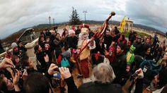 Sent Pençard, le roi du carnaval, a été accueilli par ses admirateurs lors de son arrivée hier à 17 h 40 par le train d'Oloron