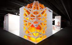 Desenvolvido pelo escritório alemão Bachmann Kern & Partner para a feira Light + Building 2012, o estande da empresa Osram abrigava também diversos parceiros (em mesas iguais e redondas, reuni…