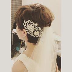 いいね!56件、コメント1件 ― Hair&Make Emi Sakihara/Kobeさん(@sakiemu_hairmake)のInstagramアカウント: 「昨日の花嫁様♡ ショートヘアがとてもお似合いの新婦様。 ヘッドドレスはキラキラでゴージャスなもの。 重みはありますが、落ちないように三つ編みをして土台を作ってからのせて固定しています。…」