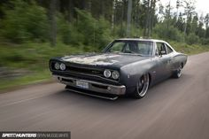 We find another impressive swap coming out of Sweden. When these guys build projects, they really build them. This is Steven Jarudd's Dodge mashup consisting of a classic Dodge Coronet and modern Dodge Charger. The body and rear panels are from a 1968 Dodge Coronet with the