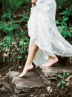 This magical forest wedding inspiration shoot was uniquely created by a team of photographers and hosts of The Cultivated Artist workshop. Get inspired for your minimalist wedding here.  #minimalistbrides  #organicbridalinspiration  #outdoorweddingphotography