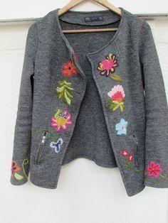 İlgili resim Mexican Embroidery, Wool Embroidery, Embroidery Patterns, Crotchet Patterns, Embroidered Clothes, Cardigan Fashion, Refashion, Dressmaking, Knitwear