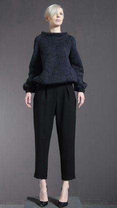 Felpa di jacquard tecnico e pantalone di crepe di lana doppio.