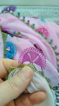 This Pin was discovered by Ebr Crochet 101, Crochet Stitches, Thread Art, Needle And Thread, Hairstyle Trends, Tatting, Lacemaking, Point Lace, Needle Lace